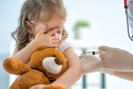 «Не надо, чтобы прививка легла на ковид»: совет от педиатра по вакцинации детей